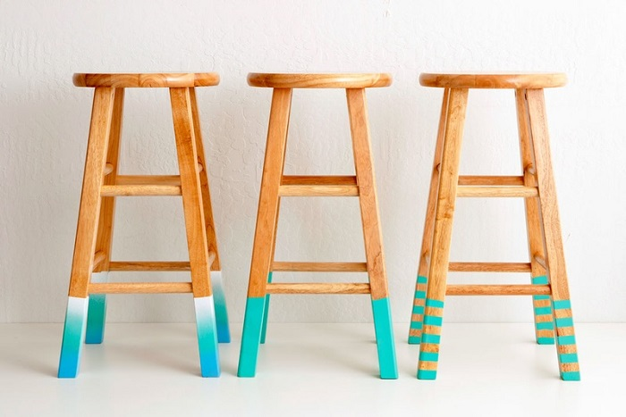 Lavoretti creativi fai da te e come personalizzare delle sedie alte, piedini di colore azzurro