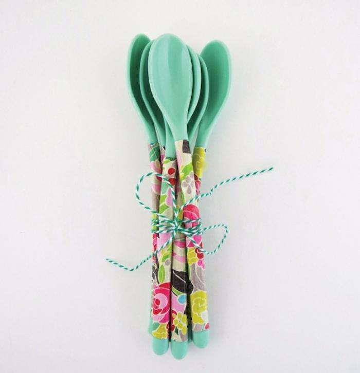 decorazione-fai-da-te-cucchiai-plastica-decoupage-carta-motivi-floreali-colorata-legati-filo