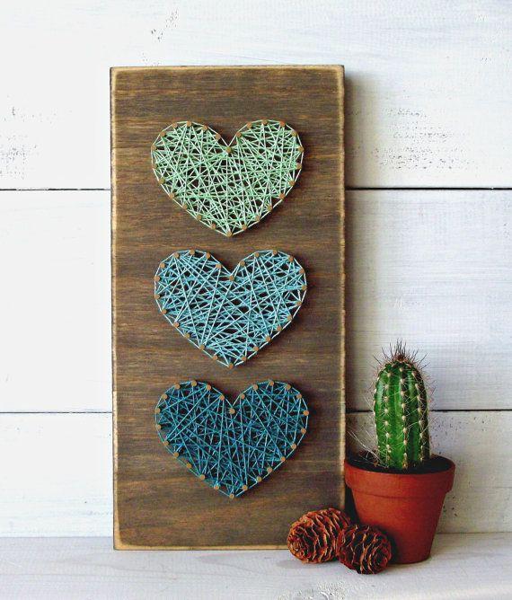 decorazione-parete-legno-addobbi-fili-colorati-cuori-pigne-autunno-pianta-grassa-cactus-fai-da-te