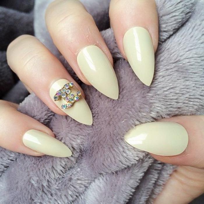 decorazione-unghie-accent-nail-brillantini-chanel-simbolo-colore-unghie-chiaro-forma-punta