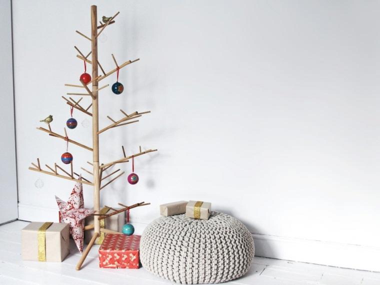 Alberi di Natale originali, idea con una struttura in legno e poche palline colorate, pacchi regalo sotto