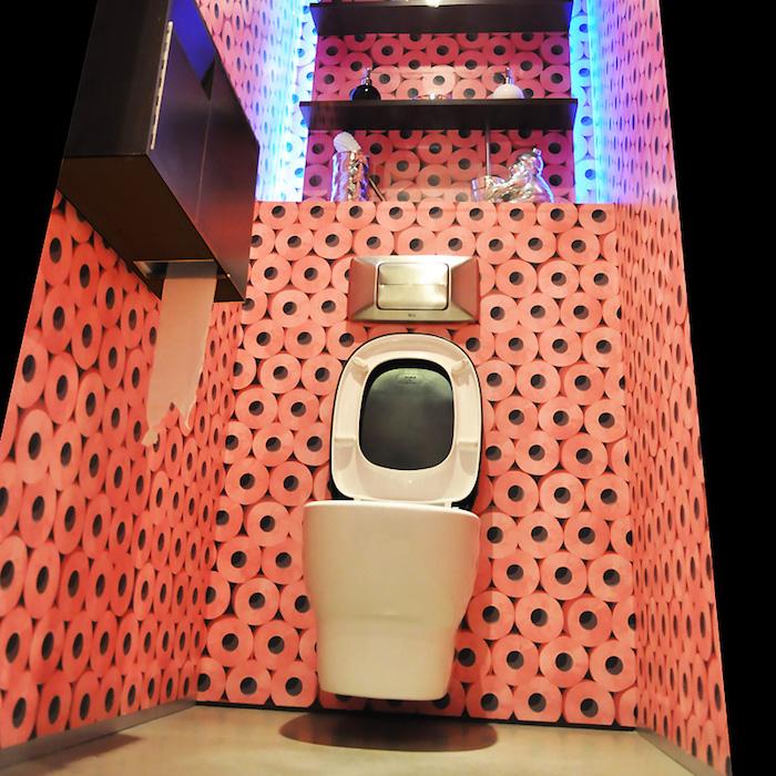 decorazioni-bagno-fai-da-te-idea-pittura-pareti-originale-rotoli-carta-igienica-mobili-moderni