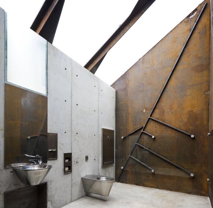 decorazioni-bagno-fai-da-te-stile-industriale-pareti-metallo-effetto-vissuto-lavabo-freestanding-abbianamento-piastrelle
