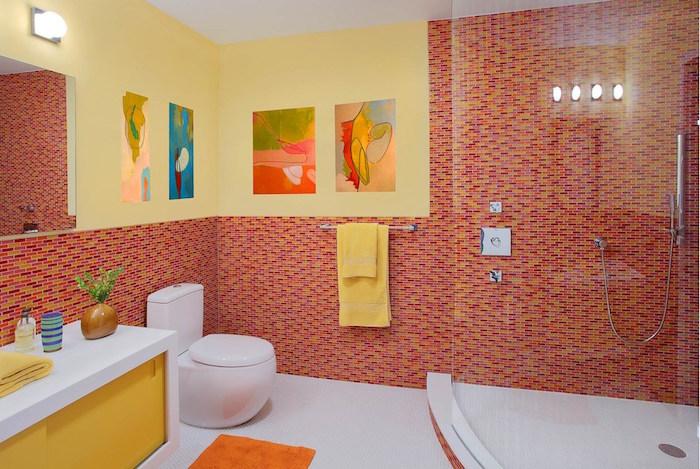 decorazioni-bagno-moderno-toilette-rivestimento-pareti-mosaico-tonalità-colore-rosso-mobili-moderno-sanitari-colore-bianco