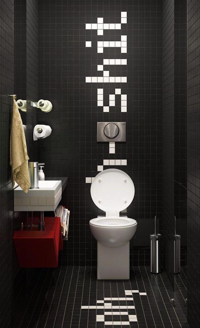 decorazioni-bagno-originali-piastrelle-nere-scritta-bianca-mobili-design-moderno-lavabo-sospeso-accessori-stile-minimal