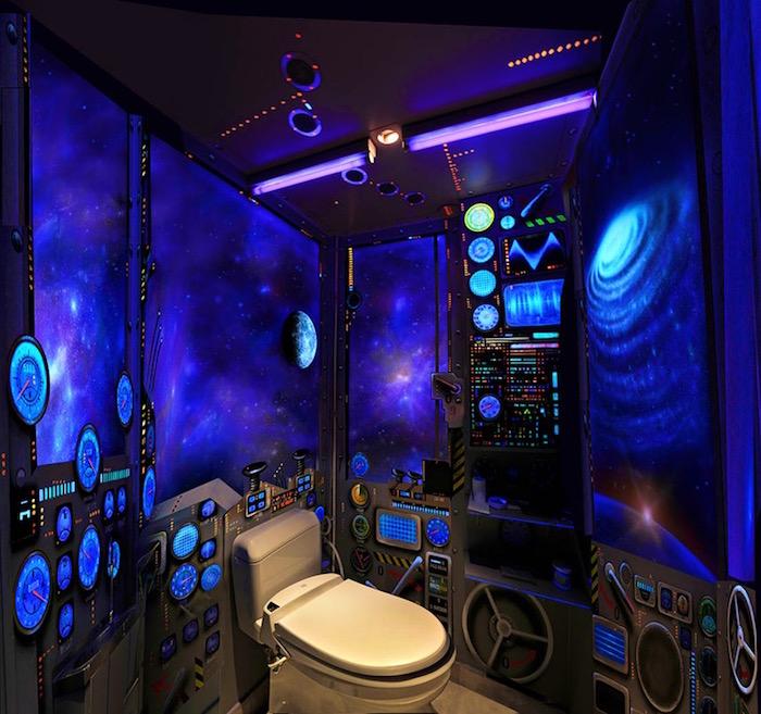 decorazioni-bagno-originali-toilette-decoro-tappezzeria-fantascienza-design-pittura-muro-fantasiosa-cosmo