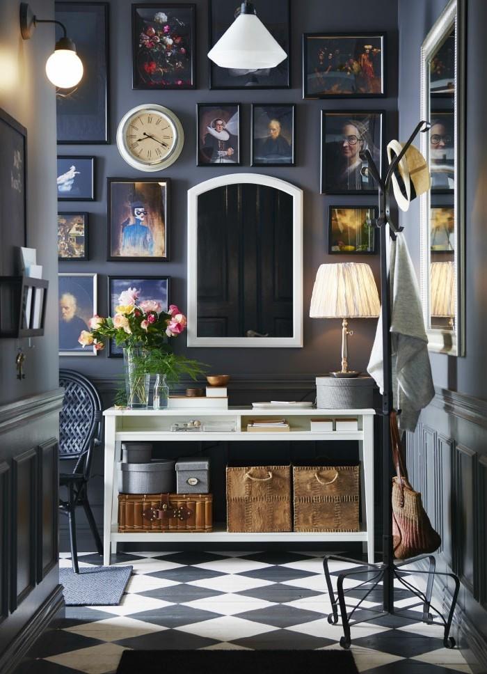 decorazioni-da-parete-corridoio-colore-scuro-mobile-legno-bianco-foto-incorniciate-quadri-lampade-sospensione