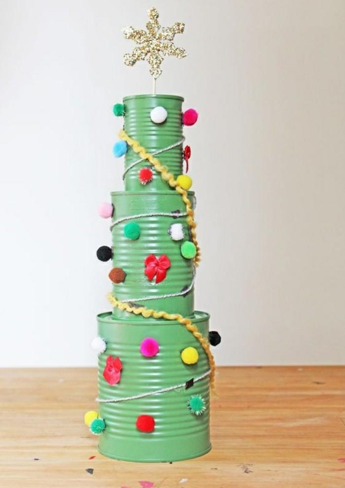 decorazioni-di-natale-riciclando-fai-da-te-albero-barattoli-di-latta-verniciati-verde-decorati-stella