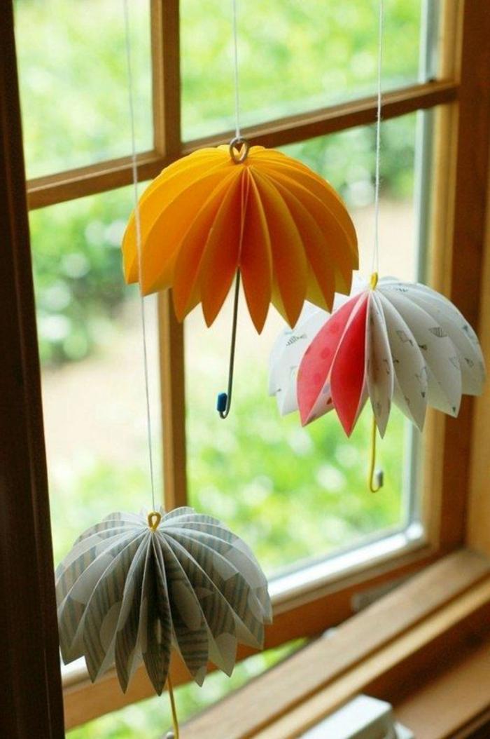 decorazioni-fai-da-te-carta-colorata-forma-ombrelli-fai-da-te-attaccati-filo-davanzale-finestra