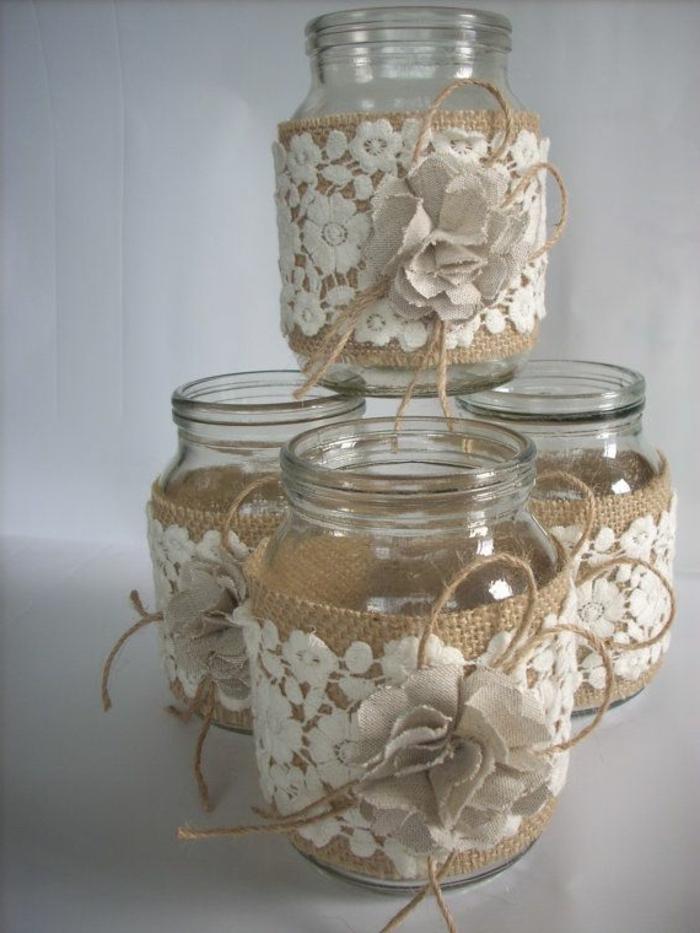decorazioni-fai-da-te-vasetti-vetro-stoffa-cotone-grezzo-fiorellini-bianchi-ricamati