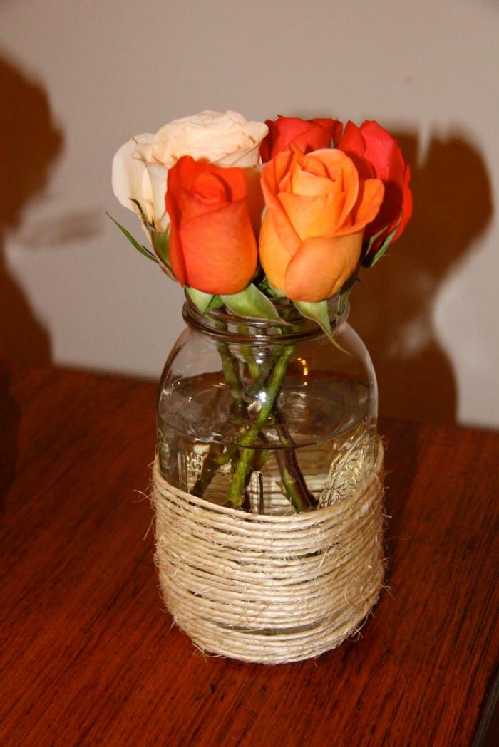 decorazioni-fai-da-te-vaso-vetro-interno-rose-bianche-arancioni-esterno-filo-cotone-arrotolato