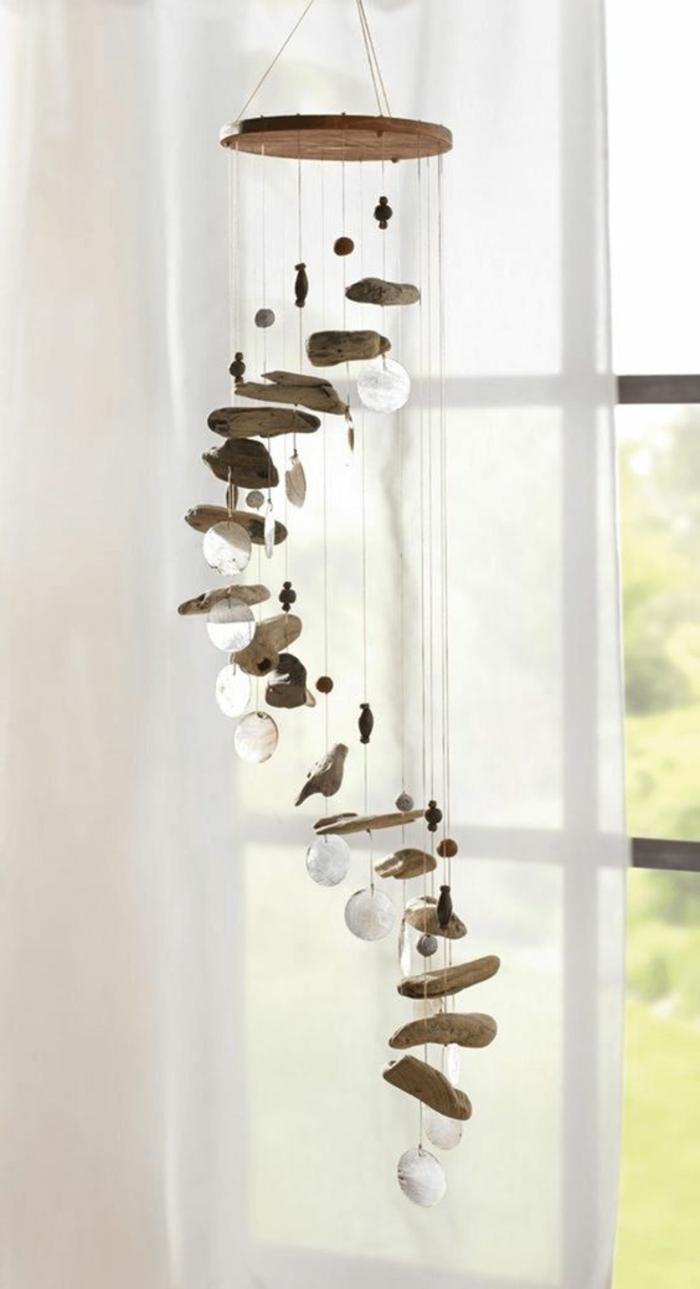 decorazioni-marine-stile-carillon-spirale-base-rotonda-legno-decorato-conchiglie-tenda-bianca-addobbi-finestre