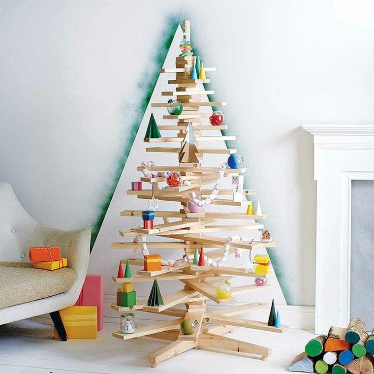 Decorazioni di carta per addobbare un albero di Natale originale in legno con una struttura irregolare