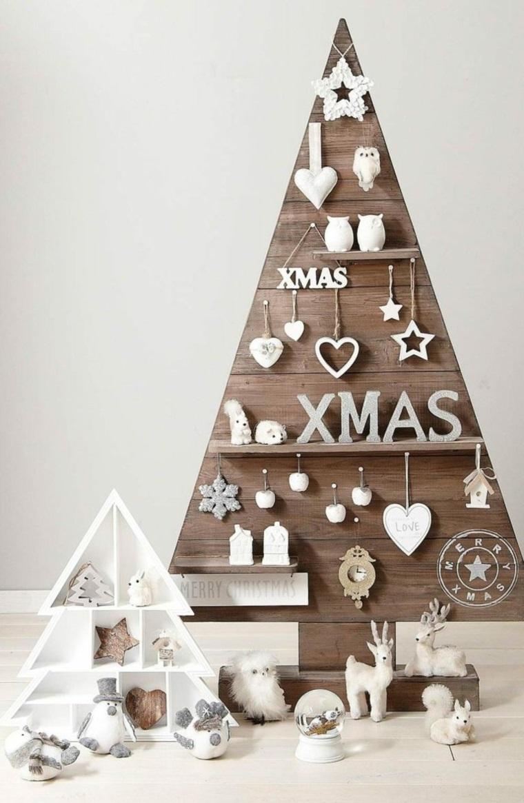 Addobbi albero di Natale di colore bianco, idea con il riutilizzo di pallet e mensole in legno su cui appoggiare le decorazioni