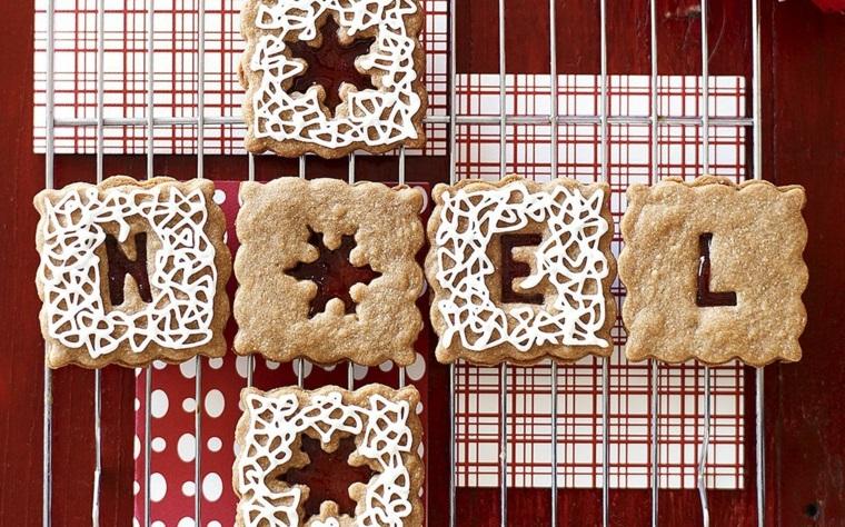 Biscotti di Natale da regalare, decorazione con della glassa reale di colore bianco e scritta Noel in francese