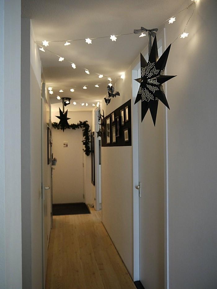 decorazioni-natalizie-corridoio-stelle-di-Natale-lucine-ghirliande-pavimento-legno-foto-parete-bianche