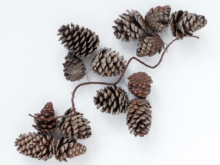 addobbi natalizi, una proposta tutta naturale creata con delle pigne e una corda