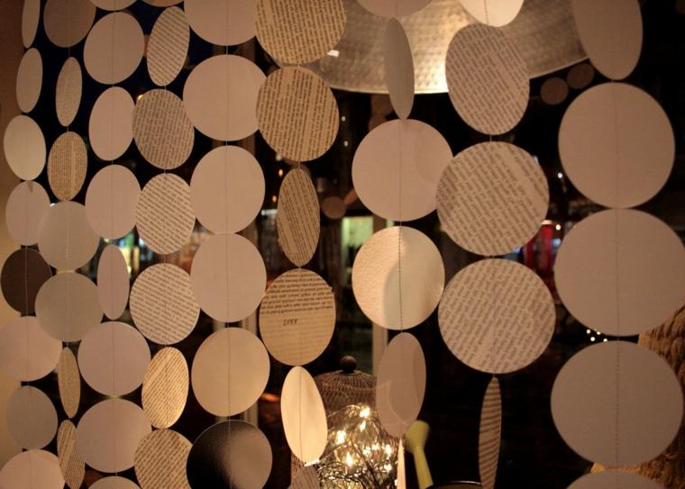 ghirlande natalizie di carta, un'idea realizzata con il riciclo delle riviste