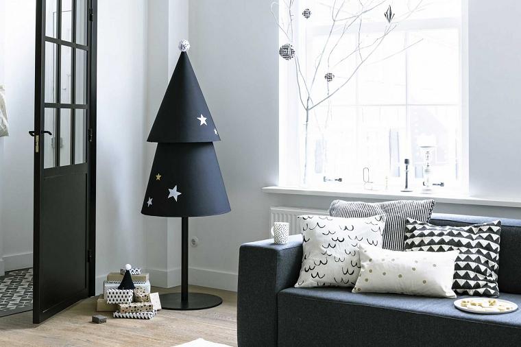 Albero di Natale fai da te di colore nero in metallo e decorato con piccole stelline, ambiente dallo stile scandinavo