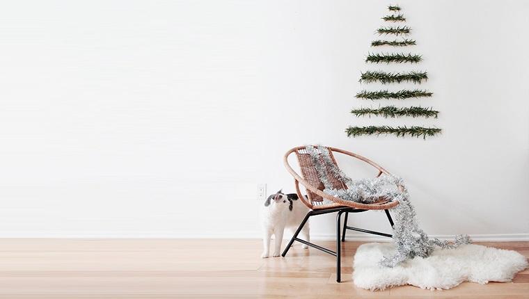Alberi di Natale particolari e un con ghirlande effetto ramo di abete da attaccare alla parete