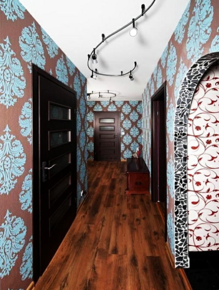 decorazioni-pareti-corridoio-carta-da-parati-pavimentazione-legno-colore-scuro-porte-lampadario-spirale-design-moderno