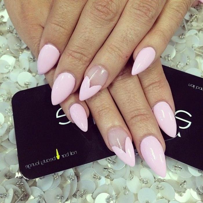 decorazioni-unghie-smalto-colore-rosa-anulare-decorato-base-trasparente-cuore-idea-decoro