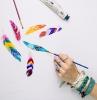 disegni-da-colorare-per-adulti-piume-motivi-piume-colorate-colori-acrilici-mano-tanti-braccialetti