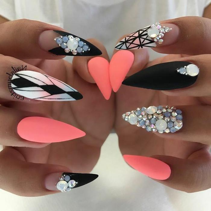 disegno-unghie-forma-stiletto-anulare-decorato-brillantini-colore-rosa-nero