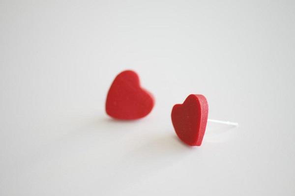 diy-orecchini-forma-cuore-pasta-modellabile-fimo-colore-rosso-clips-idea-fai-da-te-gioielli