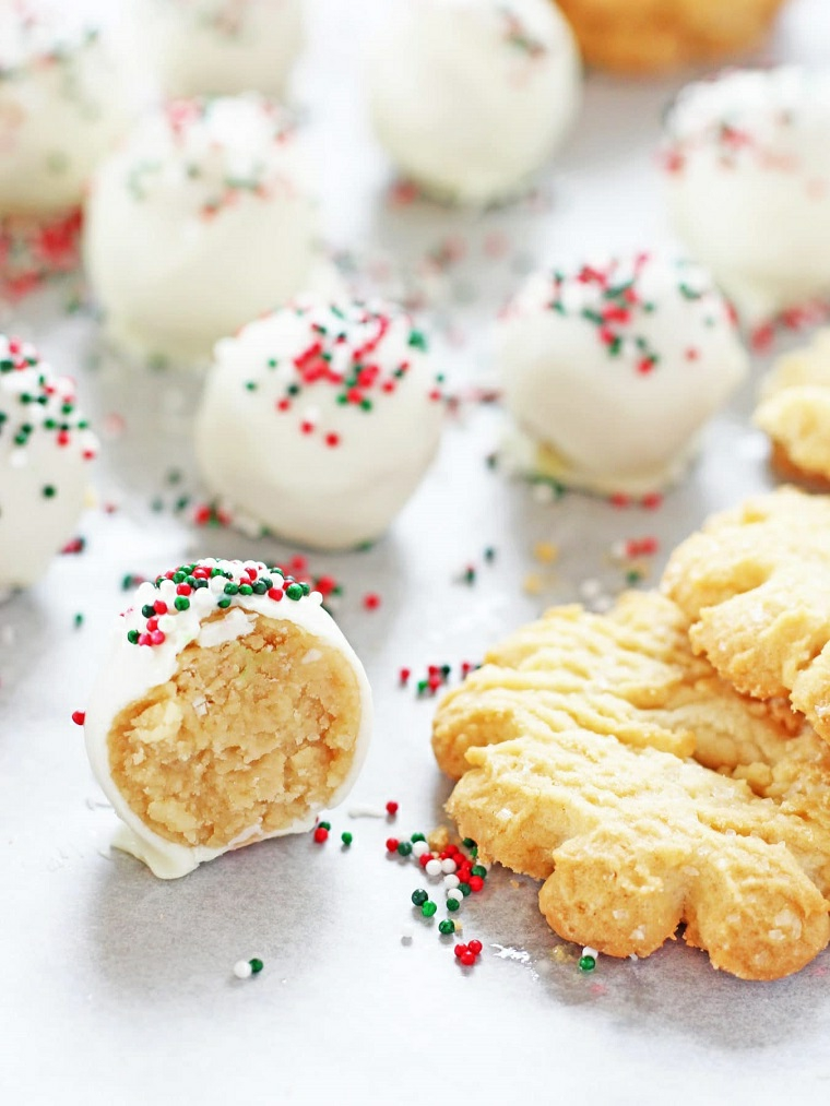 Ricette biscotti, decorazione con della glassa di cioccolato bianco e granelli colorati