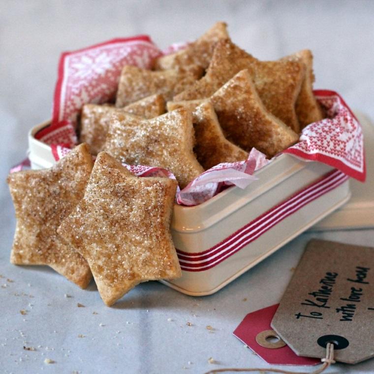 Ricette biscotti, tema natalizio e un impasto di pasta frolla con zucchero in superficie
