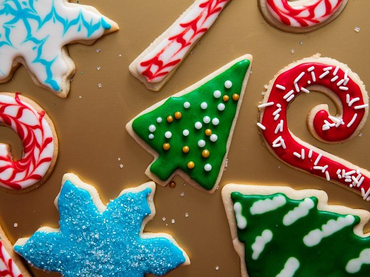Ricette di Natale, biscotti dalla forma a tema natalizio con stelle, bastoncini, fiocchi di neve e glassa reale colorata