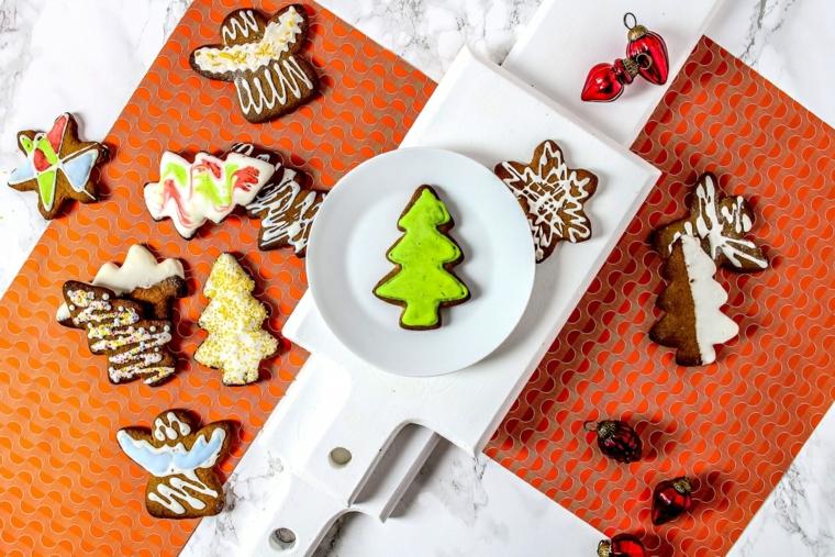 Dolci decorati a tema natalizio, biscotti dalla forma di un albero di Natale colori con glassa