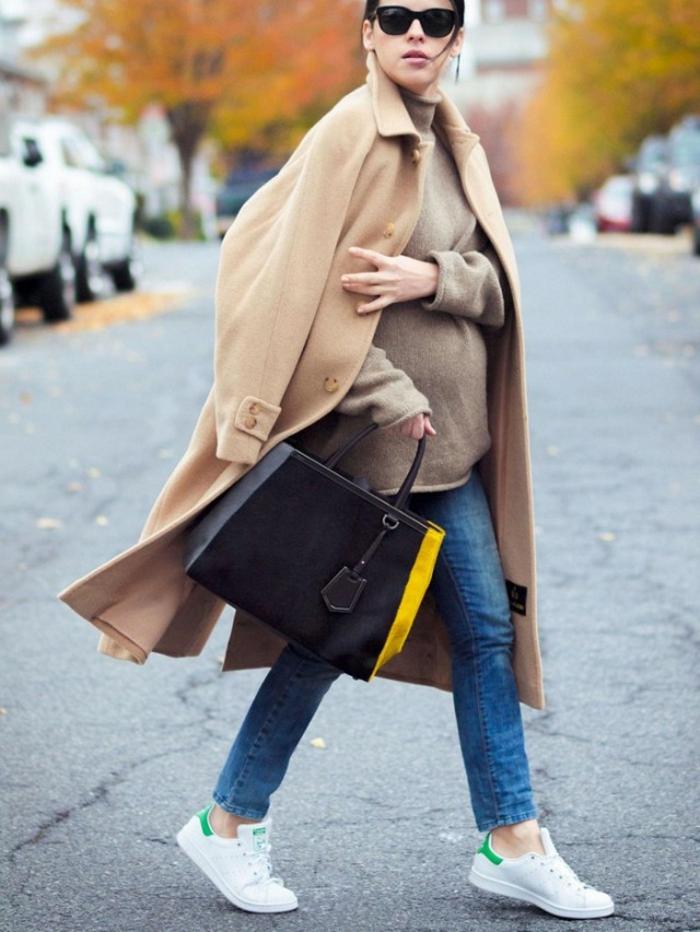donna-incinta-cappotto-beige-lungo-jeans-scarpe-ginnastica-borsa-nera-occhiali-da-sole-maglione