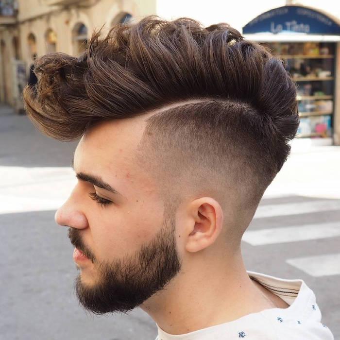 doppio-taglio-sfumato-ciuffo-banana-molto-lungo-capelli-castano-lati-rasati-barba-baffi