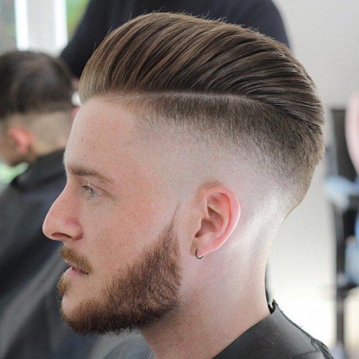 doppio-taglio-uomo-graduato-lati-ciuffo-dritto-alto-riga-biondo-cenere-barba-baffi