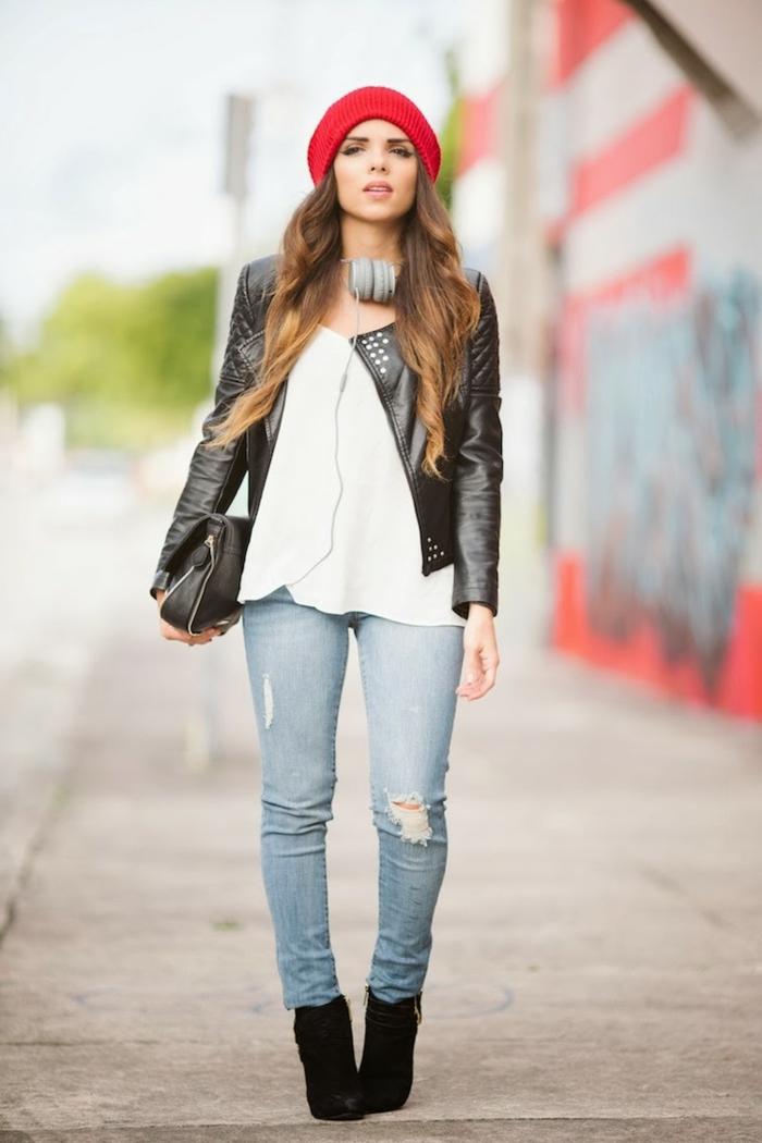 dress-code-smart-casual-giovane-ragazza-sguardo-ribelle-cappello-rosso-giacca-pelle-geans-stivaletti-neri