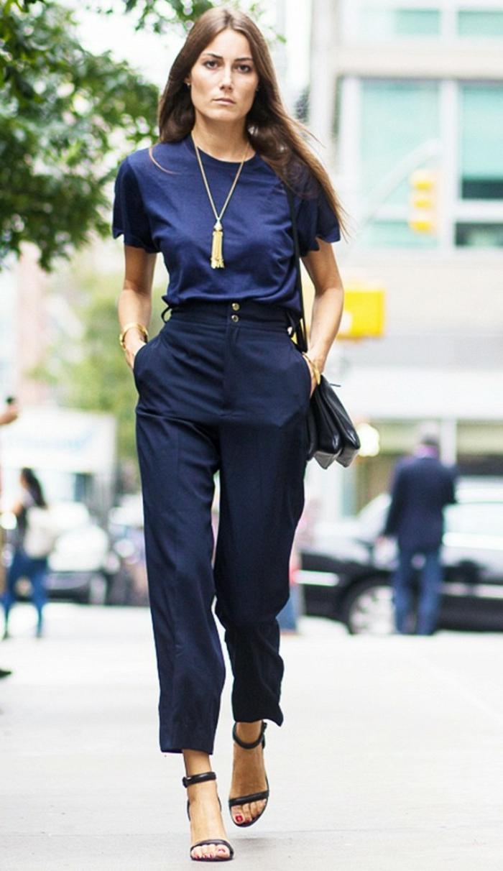 dresscode-casual-donna-pantalone-taglia-alta-colore-blu-t-shirt-basic-sandalo-tacco-alto-collana-pendente-accessori