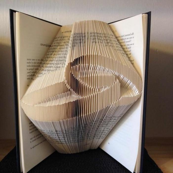due-anelli-concentrici-realizzati-piegando-pagine-vecchio-libro