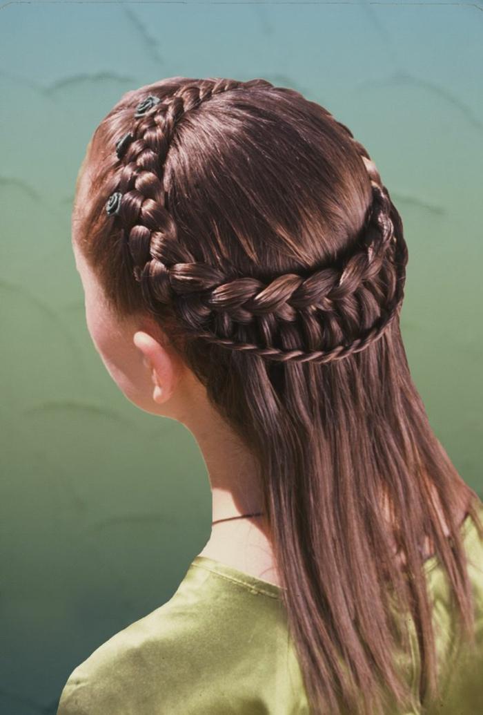 esempio-come-realizzare-acconciatura-stile-medievale-trecce-corona-capelli-lunghi-lisci