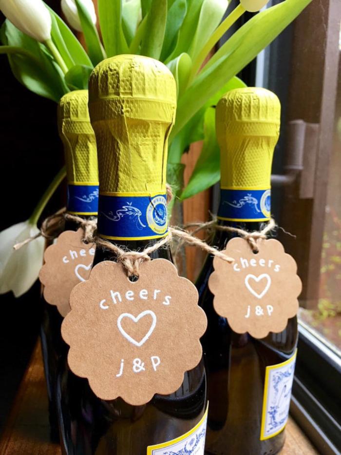 etichette-vino-cartoncino-scritta-pennarello-bianco-bottiglie-tappi-giallo-legare-filo