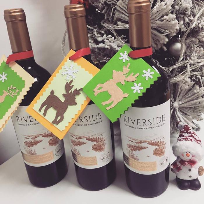 etichette-vino-idea-decorazione-bottiglia-vino-rosso-addobbi-natalizzi-renna-nastro-bigliettino-regalo