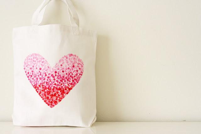 fai-da-te-creativo-borsa-spesa-colore-bianco-cuore-disegnato-sfumature-stencil-diy