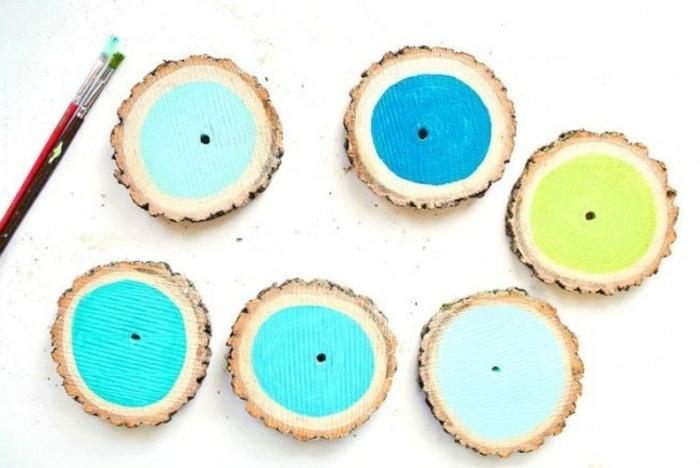 fai-da-te-creativo-pezzi-rotondi-legno-diverso-colore-realizzare-sottobicchieri-azzurri-gialli-blu-pennello