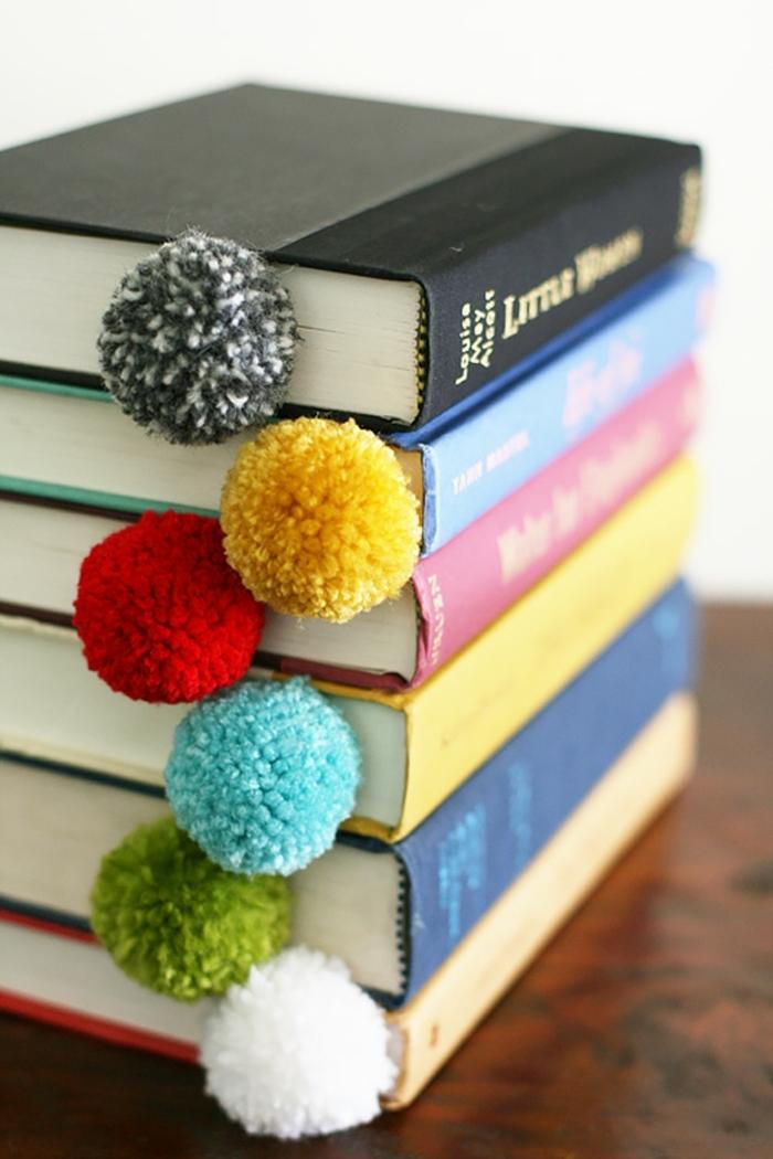 fai-da-te-creativo-segnalibro-colorati-nappe-idea-originale-libri-tavolo-legno
