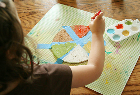 festa-del-babbo-colorare-forme-geometriche-colori-diversi-lavoretto-fai-da-te-bambini
