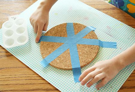festa-del-babbo-idea-regalo-fai-da-te-bambini-cerchio-sughero-incollare-nastro-adesivo-bricolage