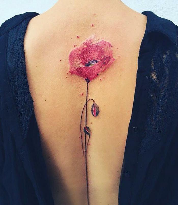 fiore-tattoo-idea-sensuale-papavero-rosso-gambo-centro-schiena