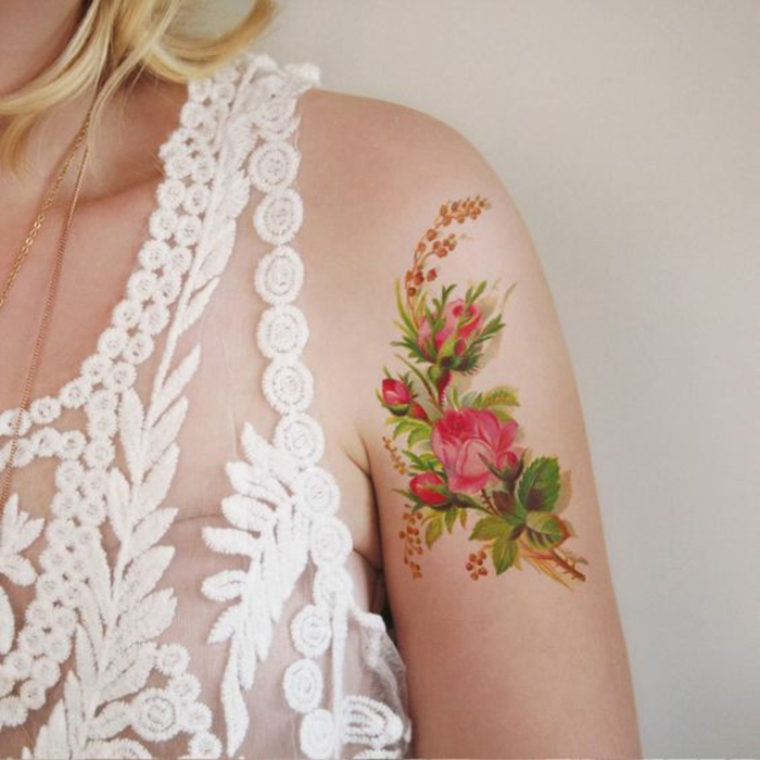 fiore-tattoo-idea-temporanea-romantica-elegante-rose-ibisco-colorati-esterno-braccio
