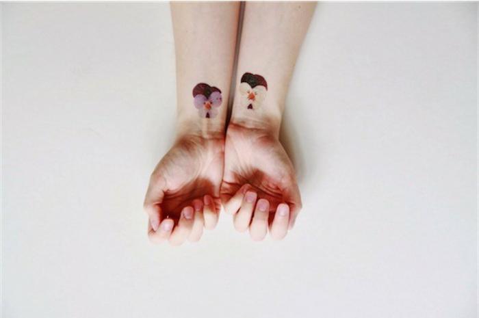 fiore-tattoo-violette-colorate-interno-polso-idea-tatuaggio-coppia